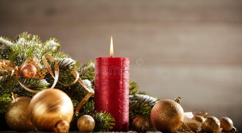 Cartolina di Natale tradizionale con la candela bruciante rossa fotografia stock