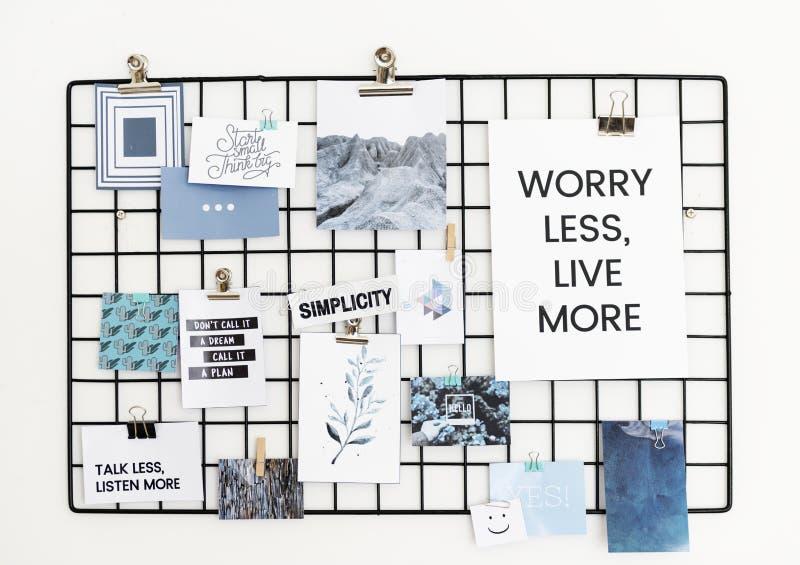 Cartolina e cartello su progettazione bianca della parete fotografia stock