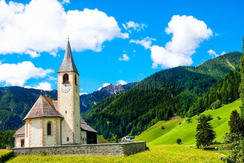 Cartolina San Vito Braies Ita della chiesa della montagna di Trentino Alto Adige fotografie stock libere da diritti