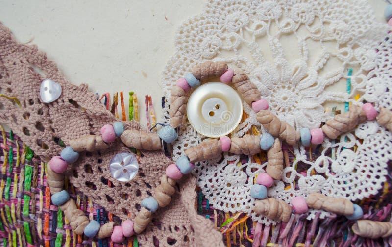 Cartolina scrapbooking fatta a mano con gli elementi del tessuto Perle, bottoni, tricottare, pizzo fotografia stock libera da diritti