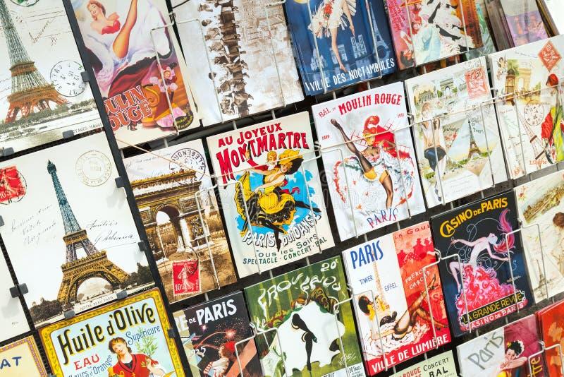Cartoline parigine sul contatore del negozio di regalo della via a Parigi immagine stock libera da diritti