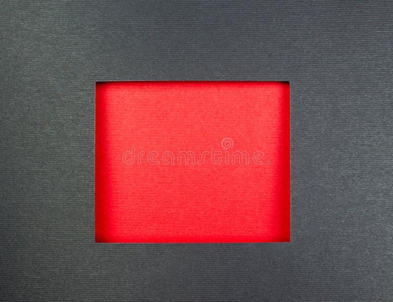 Carton de gris encadrant le carton rouge image stock