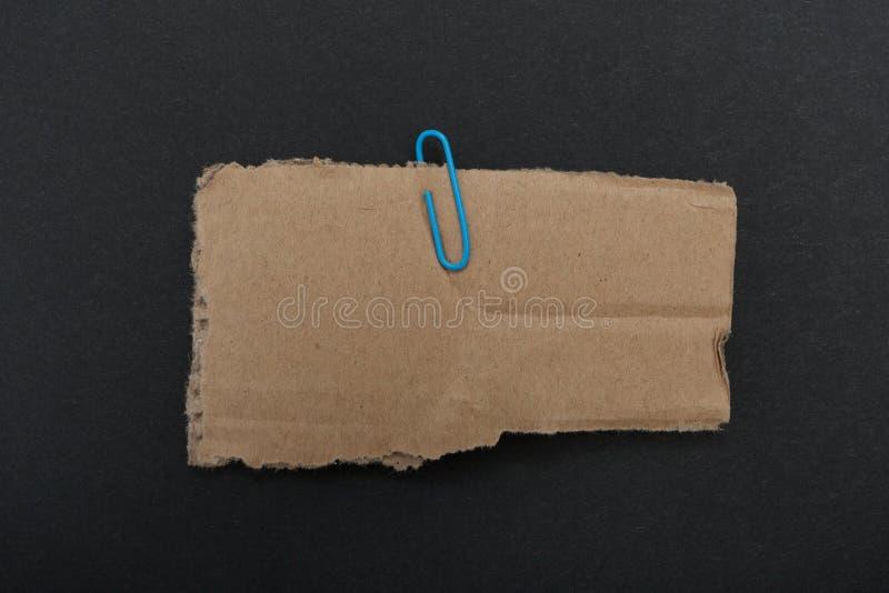 Cartone con la clip isolata su fondo nero Spazio per il vostro messaggio, modello immagine stock