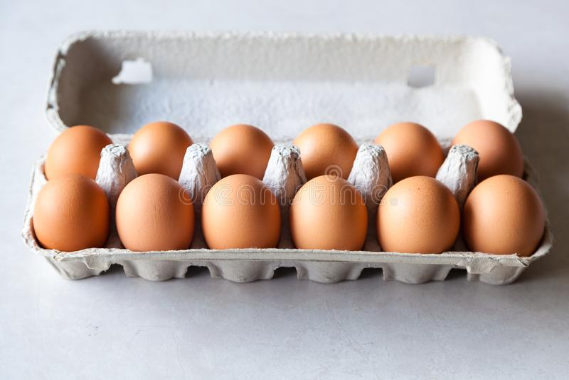 Cartone delle uova marroni fresche, fotografie stock