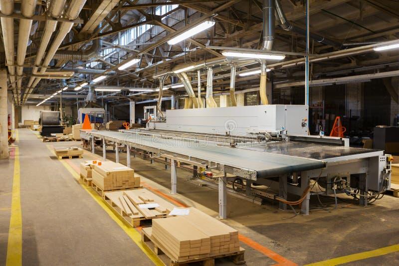 Cartons gris sur le convoyeur à l'usine de meubles photos libres de droits