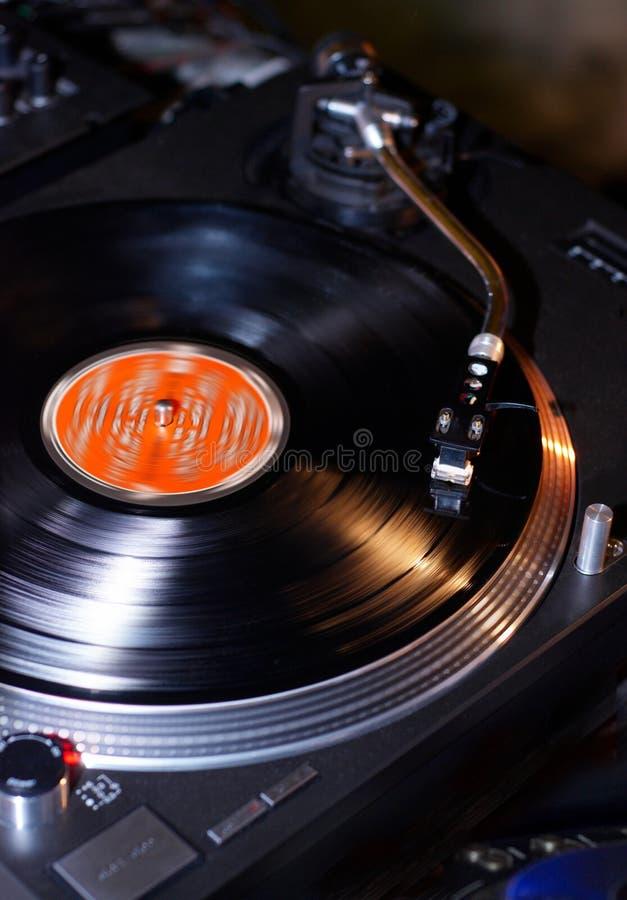 Cartouche d'aiguille de plaques tournantes du DJ sur le disque vinyle noir avec la musique Fermez-vous, foyer sur la plaque tourn photo libre de droits
