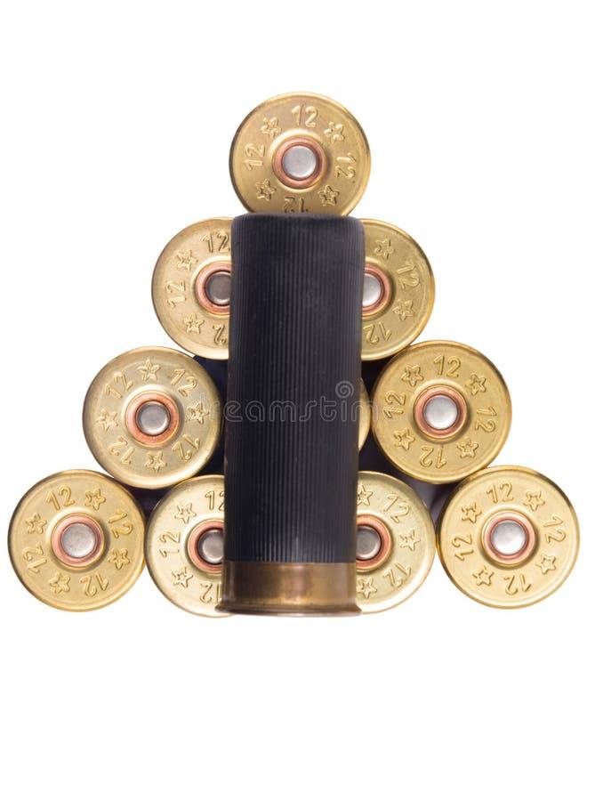 Cartouche noire d'une arme à feu à l'arrière-plan d'une triangle des cartouches, sur le blanc photographie stock