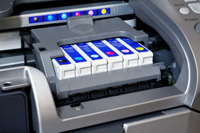 Cartouches d'encre dans l'imprimante photographie stock libre de droits