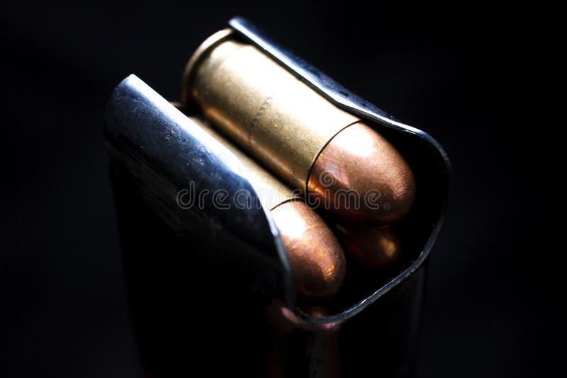 45 cartouches de mitraillette de calibre en magazine de boîte image stock