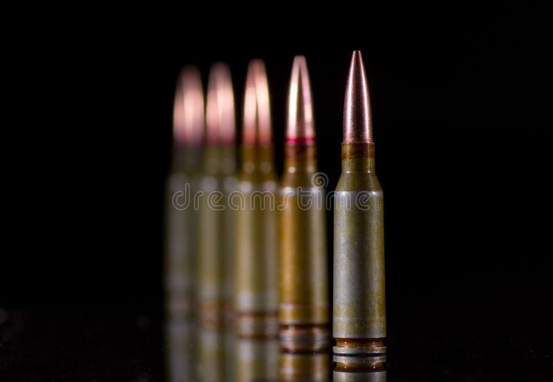 Cartouches de munitions sur le noir image libre de droits