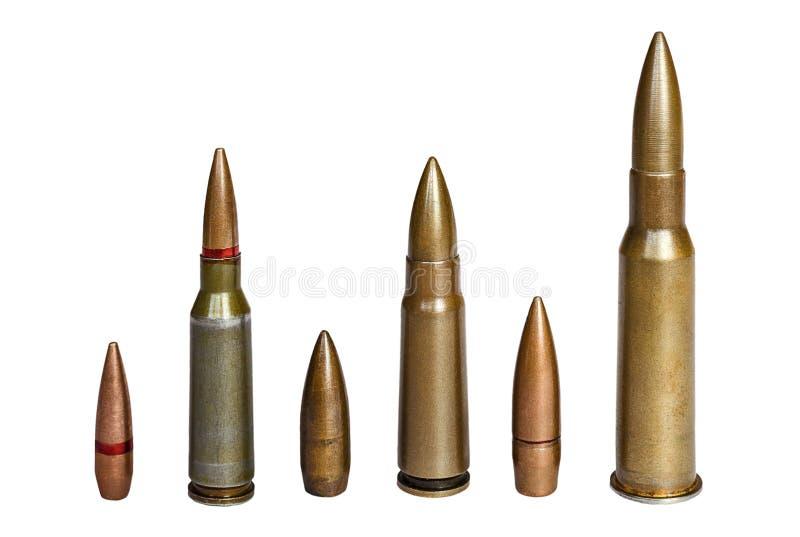 Cartouches et balle de fusil d'assaut et mitrailler de 7 calibre 62 d'isolement sur le fond blanc images libres de droits