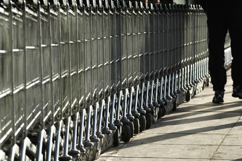carts ходить по магазинам ног стоковые изображения rf