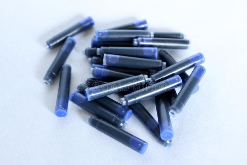 Cartucce di inchiostro blu da scrivere con una penna stilografica immagine stock