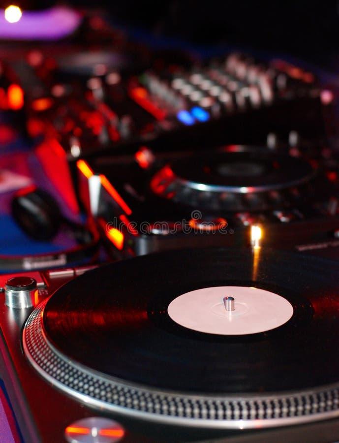 Cartuccia dell'ago delle piattaforme girevoli del DJ sul disco di vinile nero con musica Chiuda su, fuoco sulla piattaforma girev immagine stock