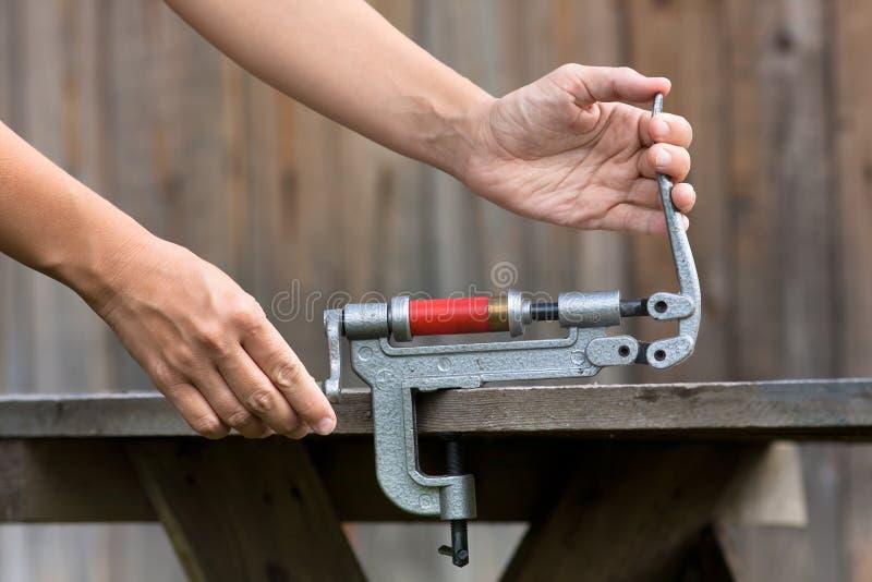 Cartuccia di ricaricamento dal reloader della cartuccia per fucili a canna liscia, primo piano fotografie stock libere da diritti