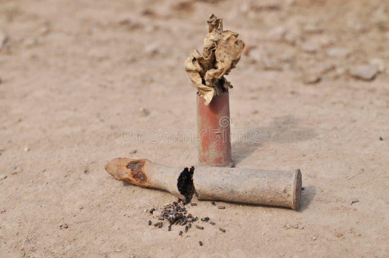 Cartucho oxidado con pólvora imagenes de archivo