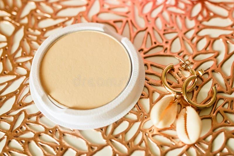 Cartucho permutable del polvo de cara en el fondo del oro imagen de archivo