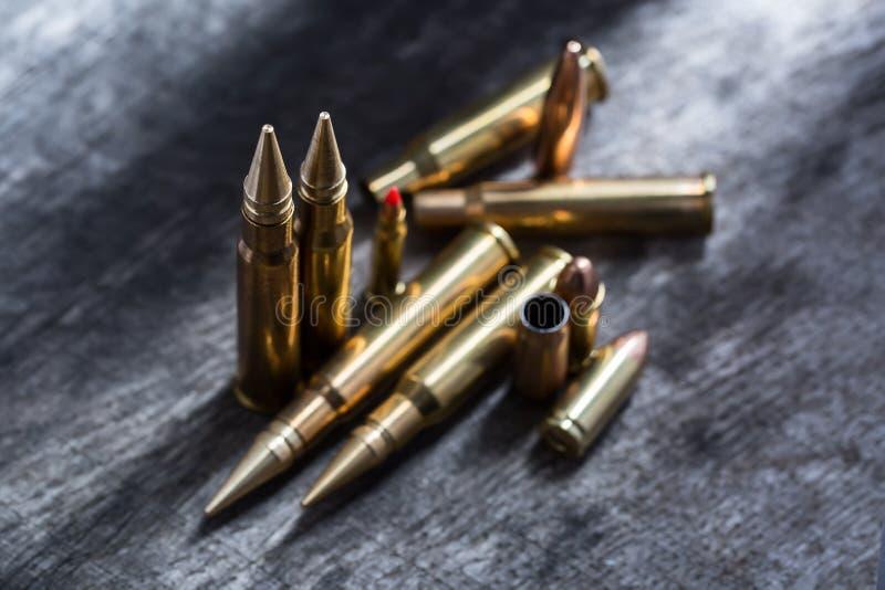 Cartuchos de cobre do rifle e da pistola fotografia de stock
