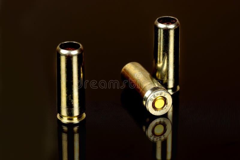 Cartuchos para el cierre traumático del arma para arriba fotografía de archivo