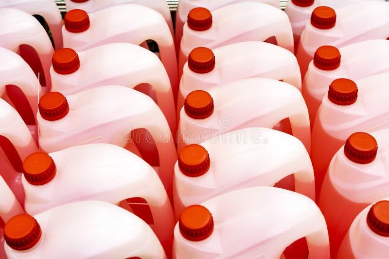 Cartuchos plásticos com líquido vermelho no contador da loja fotografia de stock royalty free