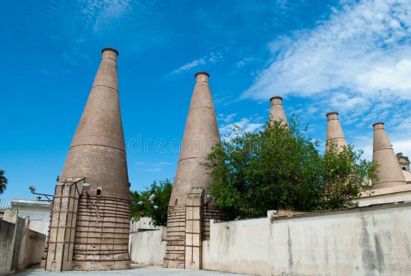 Cartuja修道院的烟囱,一次处理的熔炉瓦片 库存图片