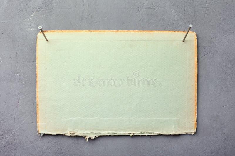 Cartulina clavada a la pared imagen de archivo libre de regalías