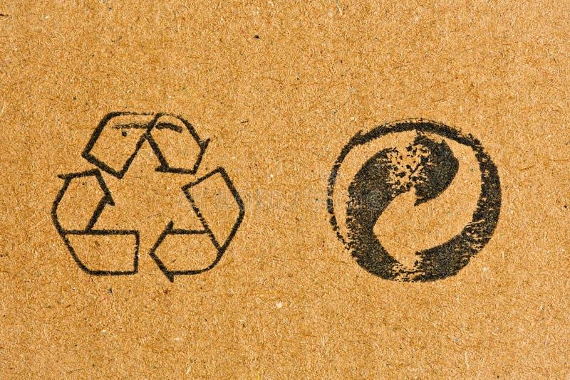 Cartulina con el reciclaje de símbolo fotografía de archivo libre de regalías