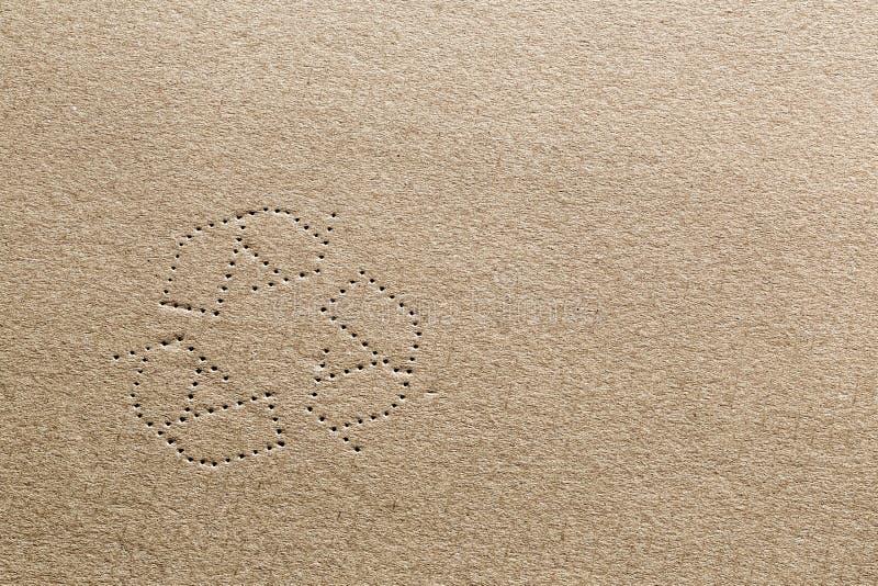 Cartulina con el reciclaje de símbolo foto de archivo