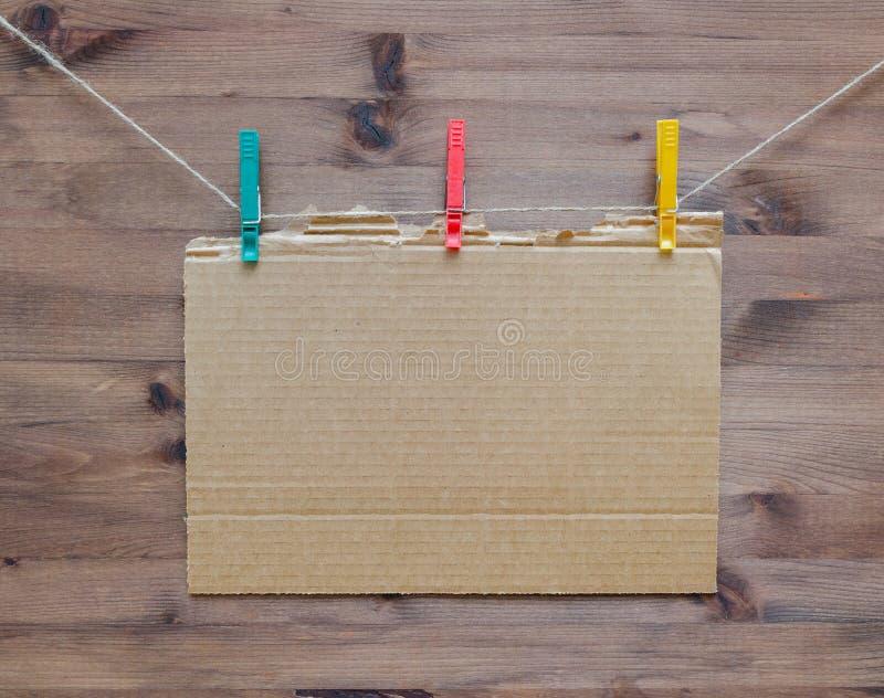 Cartulina de la ejecución con las pinzas coloreadas imagen de archivo