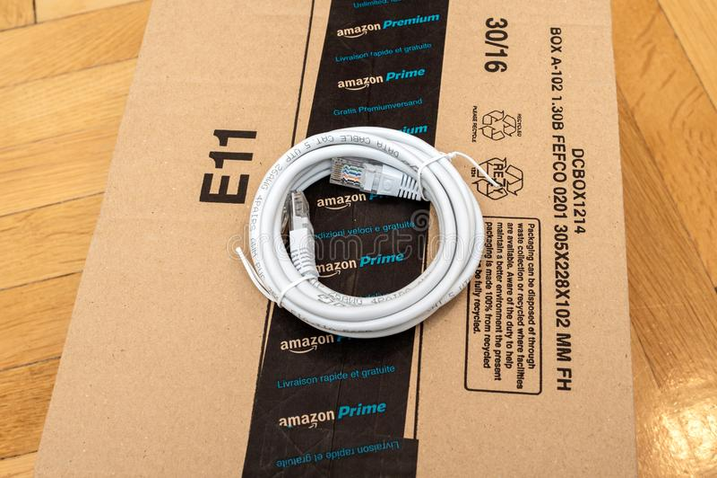 Cartulina primera superior del Amazonas con el cable del negro de la fibra de Internet imágenes de archivo libres de regalías