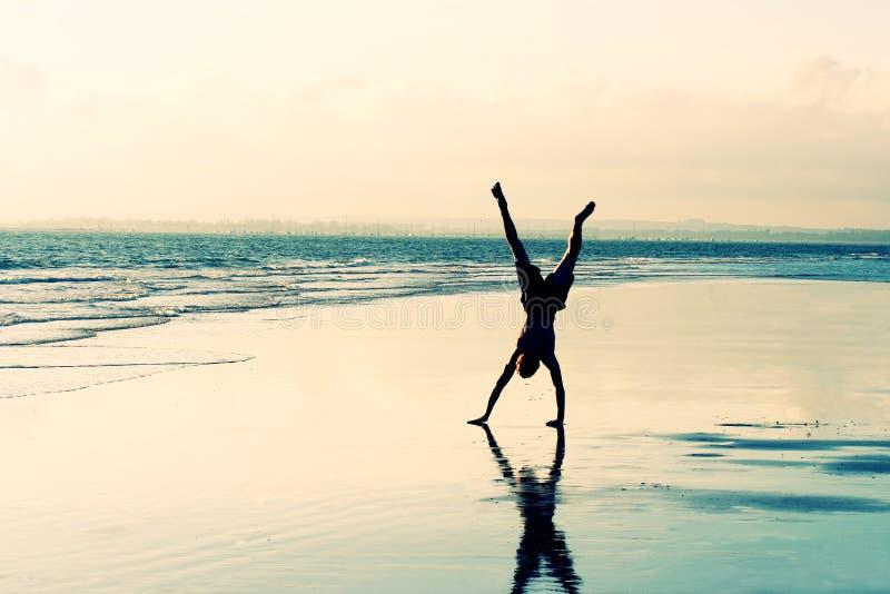Cartwheel de la playa foto de archivo