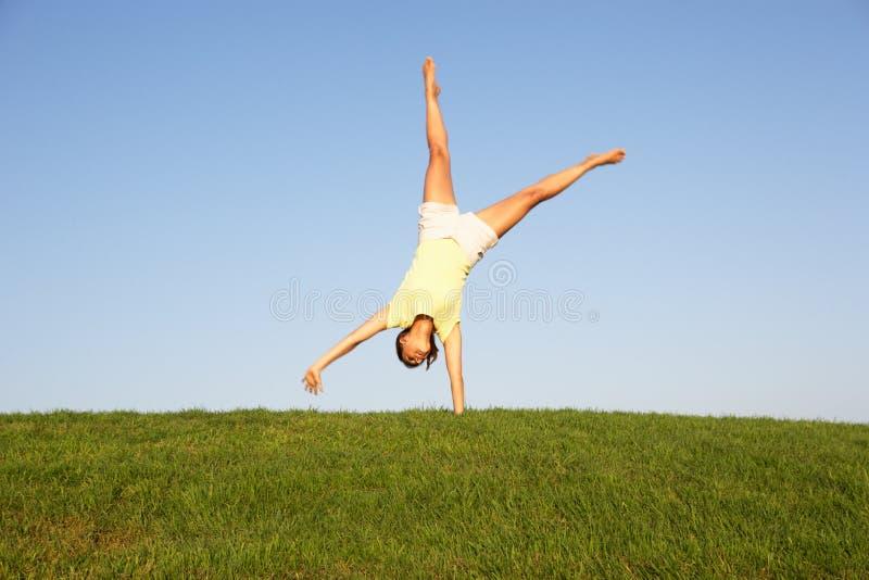 Cartwheels da mulher nova fotos de stock