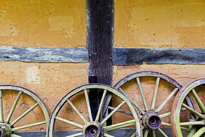 Cartwheels en la pared vieja del adobe de la casa fotos de archivo libres de regalías