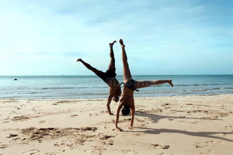 Cartwheels sulla spiaggia immagini stock libere da diritti