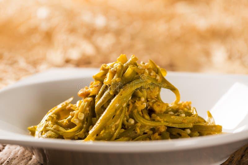 Caruru - Braziliaans voedsel dat van okra, ui, garnalen, palmolie wordt gemaakt royalty-vrije stock afbeelding