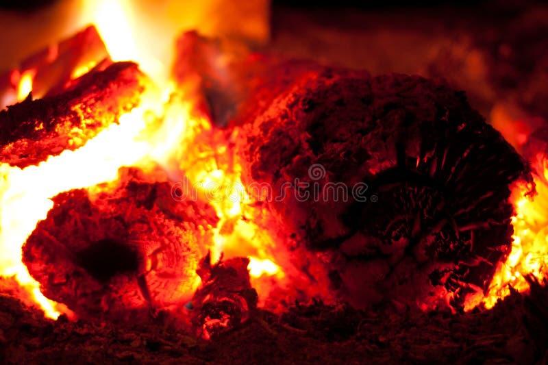 Carvão ardente na fornalha imagem de stock
