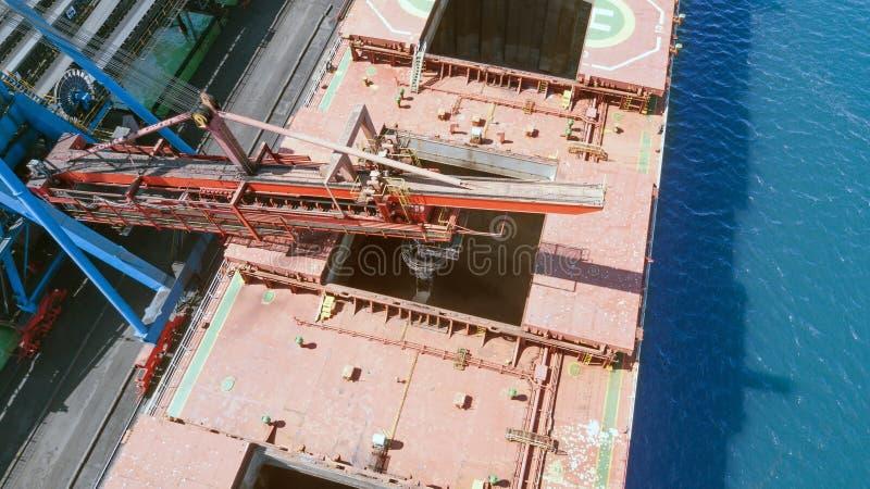 Carvão da carga na posse da embarcação fotos de stock royalty free