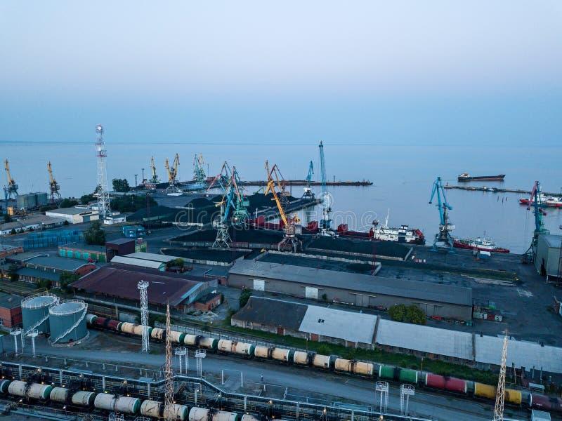 Carvão da carga no porto a enviar fotografia de stock