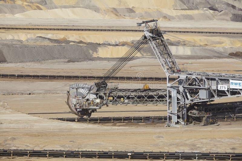 Carvão de Brown - Bucket a máquina escavadora na mineração opencast Inden foto de stock royalty free