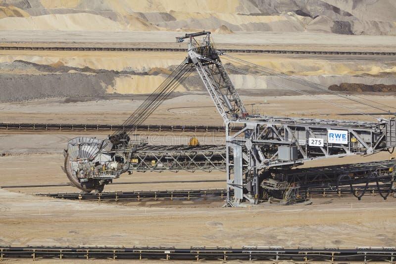 Carvão de Brown - Bucket a máquina escavadora na mineração opencast Inden foto de stock