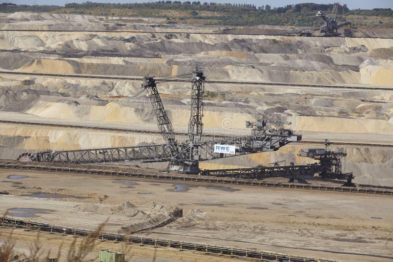 Carvão de Brown - Bucket a máquina escavadora na mineração opencast Inden fotos de stock