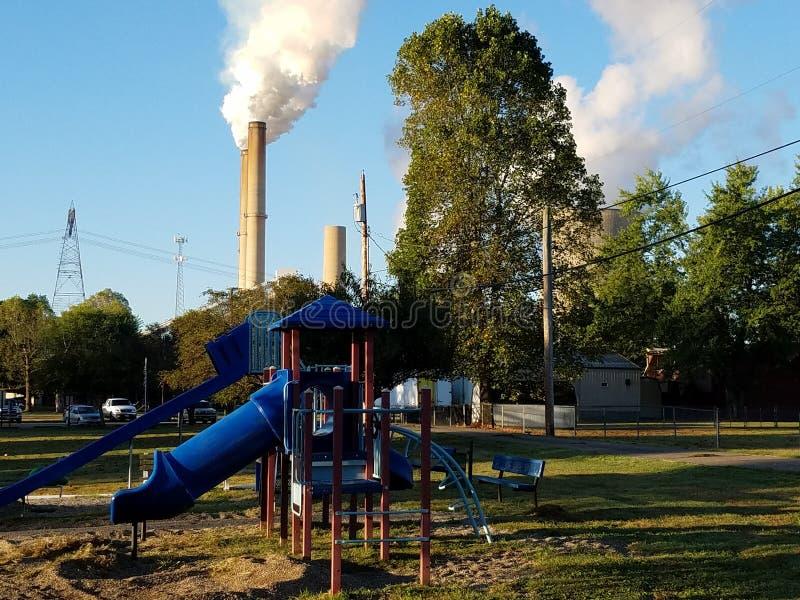 Carvão e central nuclear com campo de jogos das crianças fotografia de stock royalty free