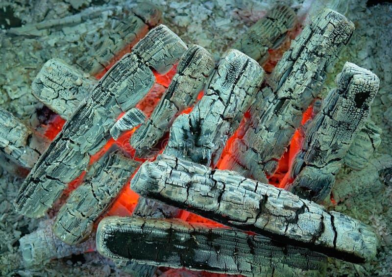 Carvão e madeira ardentes imagem de stock royalty free