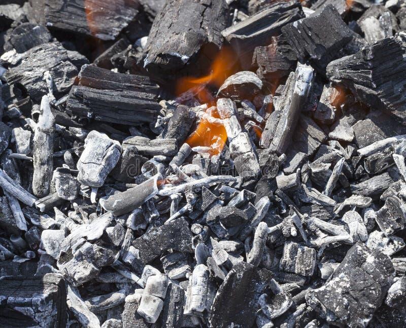 Carvão vegetal ardendo sem chama imagem de stock