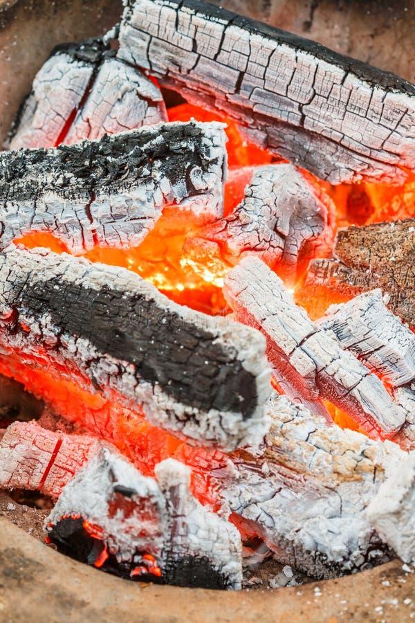 Carvão vegetal ardente foto de stock royalty free