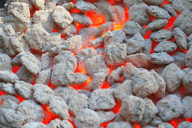 Carvão vegetal ardente encarnado fotos de stock