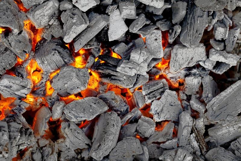 Carvão vegetal de incandescência para o fundo do BBQ, o cinzento e o vermelho fotos de stock