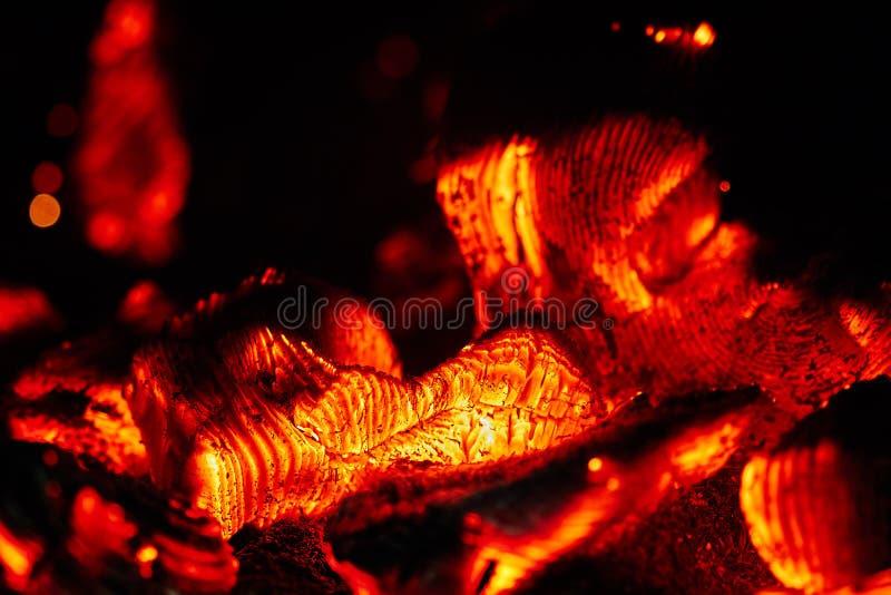 Carvão vegetal de madeira de incandescência do calor quente flamejante na fogo-caixa imagens de stock royalty free
