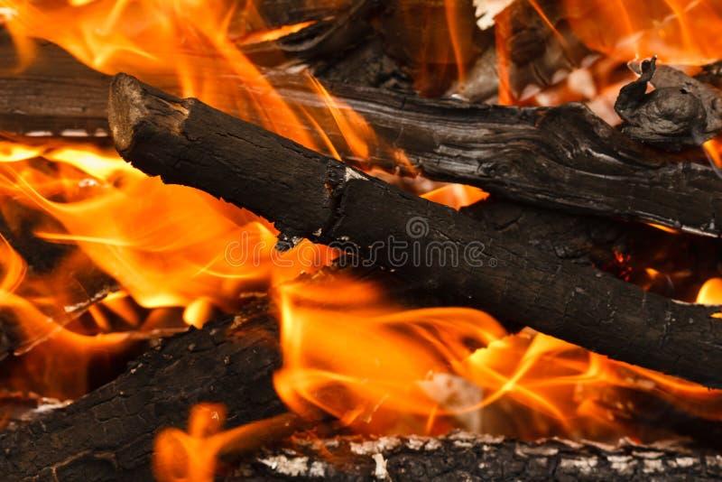 Carvão vegetal de queimadura e de incandescência com a chama e fumo quentes abertos imagem de stock