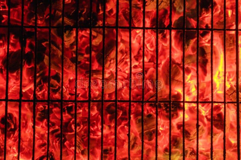 Carvão vegetal de queimadura e de incandescência com a chama e fumo quentes abertos foto de stock royalty free